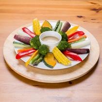 *お夕食一例/色とりどりの温野菜。バーニャカウダソースを添えて。