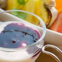 *ご朝食一例/ヨーグルトにブルーベリーソースをかけて。