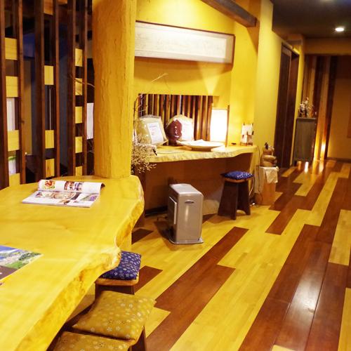 *【廊下】2種類の木材でデザインされた廊下の奥にお部屋への階段がございます。