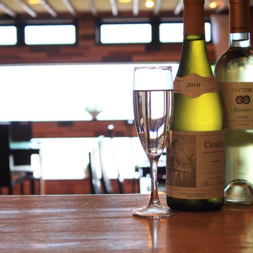 *ワインを飲みながら海を眺めるのも贅沢な時間ですね。