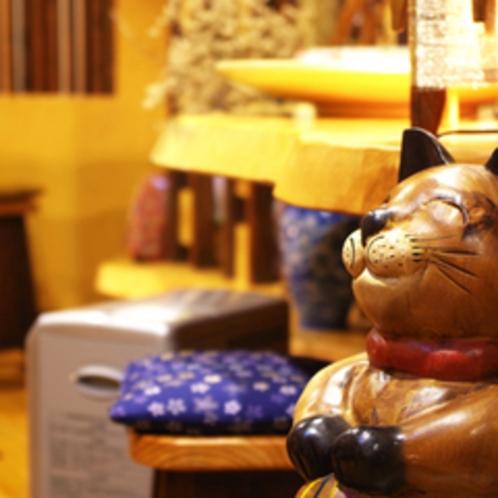 *フロント前で木製の猫がお出迎え。