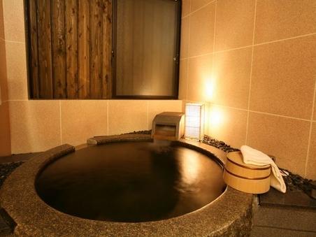 岩をくり貫いた温泉付きの和室