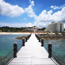 敷地内「海上遊歩道」と海側からのメインタワー外観
