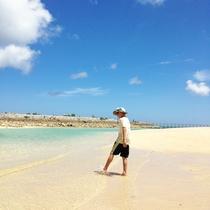 ホテル目の前に広がる、透明度抜群の「サンマリーナビーチ」