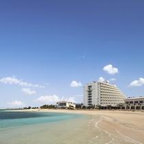 ホテルの目の前には透明度抜群のビーチが広がります