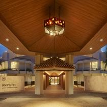 正面玄関/上部には琉球ガラスの照明が鮮やかに照らします