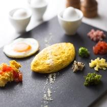 朝食ブッフェ: 卵料理はオープンキッチンがシェフ自ら調理いたします。