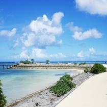 敷地内「海上遊歩道」はビーチを囲むように、離岸島まで続く遊歩道。