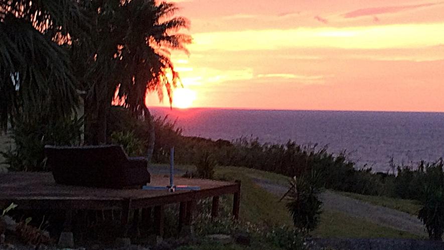 *[広々オープンデッキ]島の風を感じ波の音を聞きながら太平洋に沈む夕日を眺める至福のひと時を。