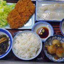 *<お夕食一例>イカのお刺身やとんかつなどメニューは日替わり、ご飯のおかわりは自由!