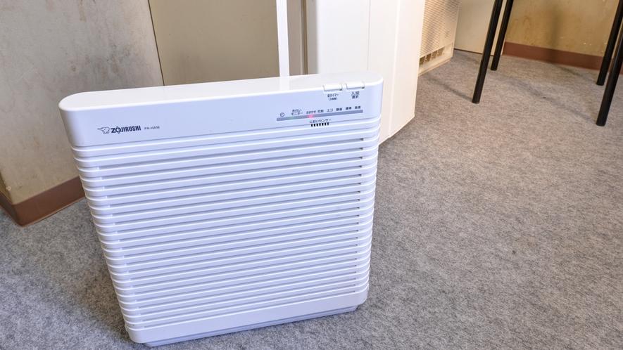 *<アメニティ>全室完備の空気清浄機、室内は喫煙可能でタバコの臭いを吸い込んで低減してくれます。