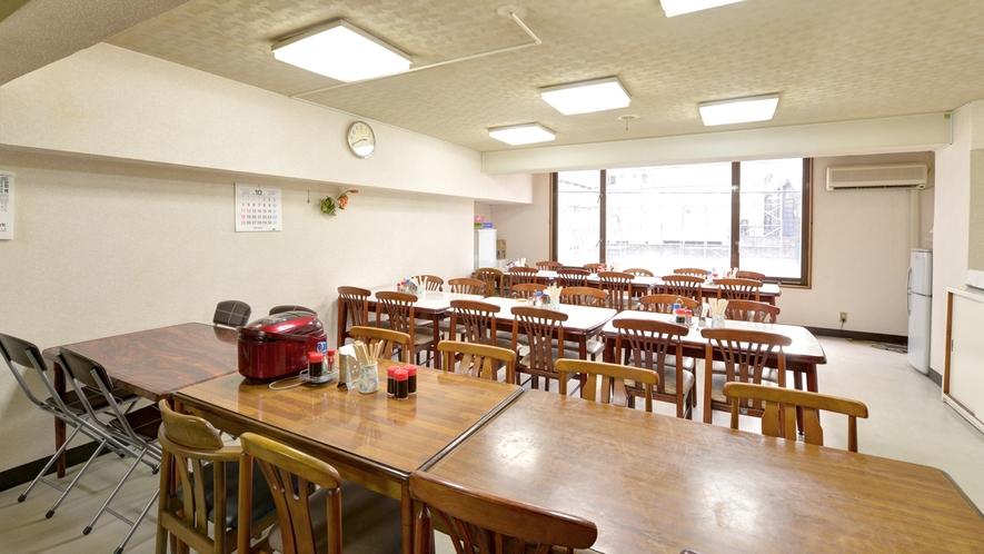 *<食堂>ご宿泊の方は無料で朝食(和食)をご用意致します。しかもご飯はおかわり自由です。