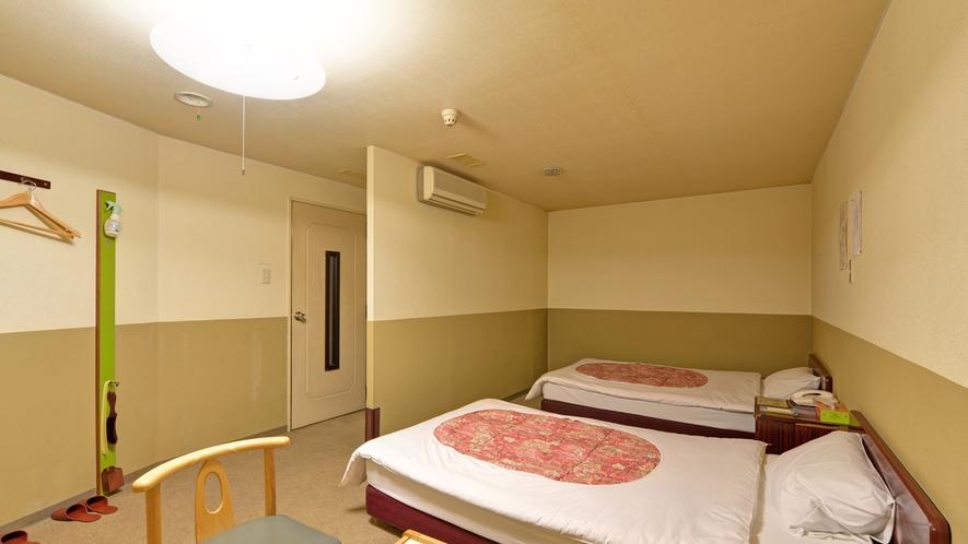 *<ツインA>窓なしツインのお部屋一例。窓はありませんが、暑さ対策に扇風機を完備してあります!
