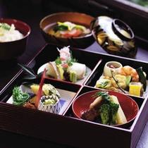 お昼のランチには彩りも美しい『松花堂弁当』をご用意いたします。