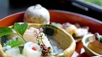 *<夕食一例>季節の野菜や旬の素材を生かした彩り、四季で表情を変える器。