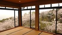 *【桜の間】春には180度桜に囲まれ、その向こう側には雄大な瀬戸内海が広がる。