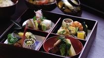 *お昼のランチには彩りも美しい『松花堂弁当』をご用意いたします。