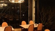 *冬のレストラン。冬は木々が絵になりますが、春は桜、夏は緑、秋は紅葉が見えます。