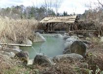 秋の野天岩風呂
