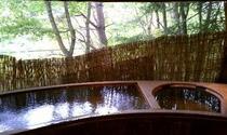 内風呂の大きな窓からは大自然の風景も楽しめます