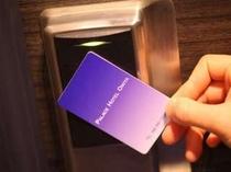 ドアにかざすだけで開錠される非接触型カードキーを全室に採用