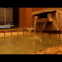 沈む夕日を望める展望風呂で日頃の疲れを癒してください_r
