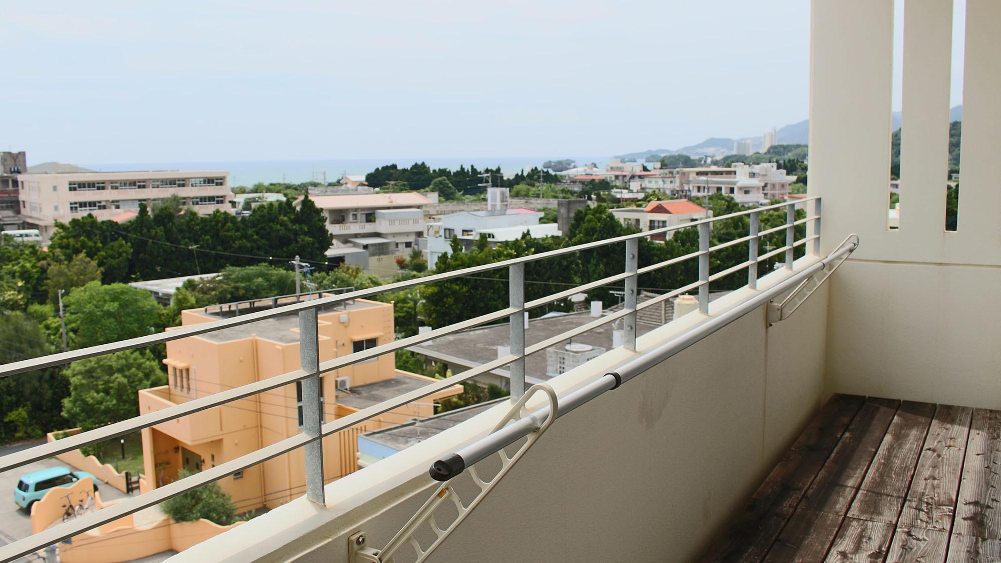 【出窓からの眺望/イメージ】 名護市街と海を一望
