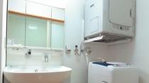 【洗面、脱衣所】 全室設置の洗濯機とガス乾燥機で長期のご滞在も快適。(洗剤の設置無し)