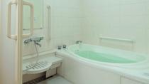 【バスルーム】 段差のないフラットな広々浴室。