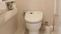 【お手洗い】 バリアフリー設計のウォシュレット付きトイレを採用。