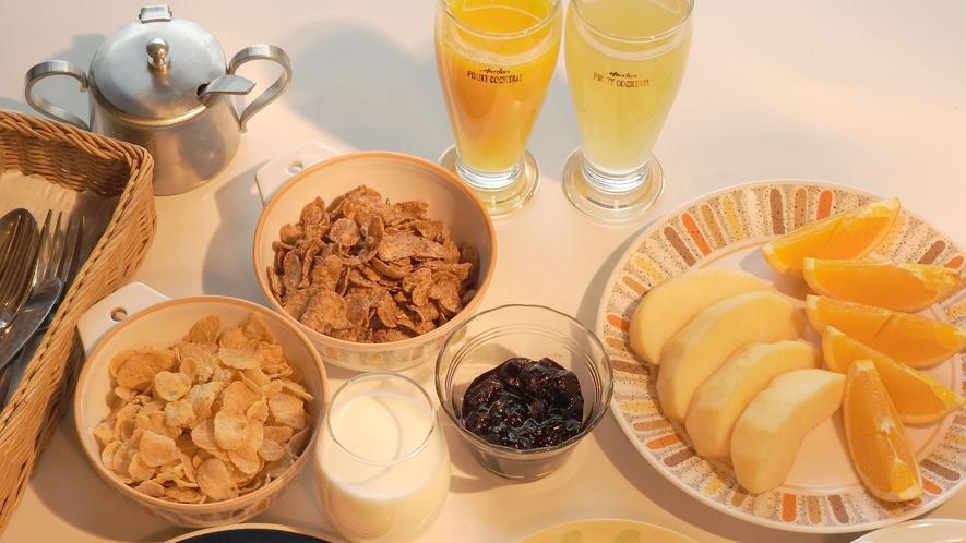 ご朝食一例(トースト、ジャム、シリアル、ジュース、コーヒーなど)