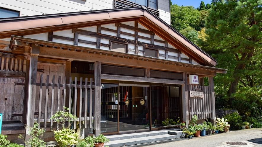 *■外観■景勝庄川峡の奥に佇む一軒宿。JR砺波駅からタクシーで30分、北陸自動車道砺波ICより30分