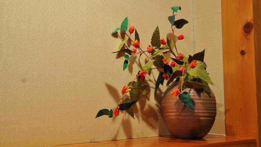 *館内には季節のお花を飾っています。