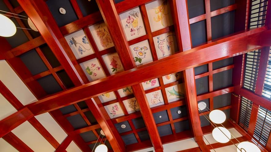 *■ロビーの天井■当館の天井を見上げていただくとケヤキの内の枠造りのところにかわいらしい絵が♪