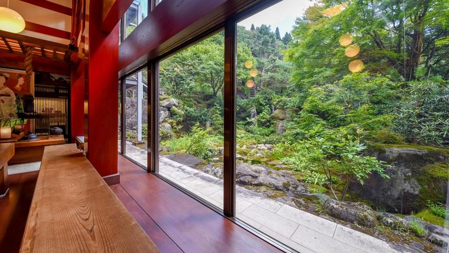 *当館は、ケヤキの枠を館内に造るという富山の伝統の家造り「枠の内造り」でできています。
