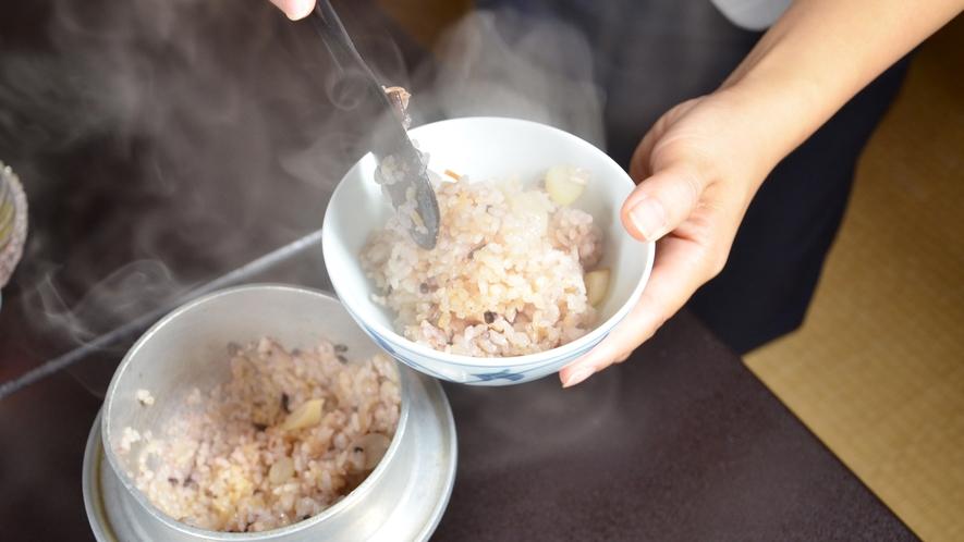 *■山菜釜めし一例■夕食のご飯は季節の赤米を混ぜた山菜釜めしをご用意♪ふっくら美味しいと評判です!