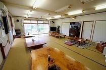 24畳ある食堂。テーブルは屋久杉の巨大な一枚板を使用しています。