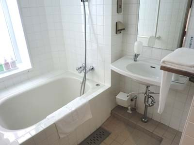 バリアフリールームの浴室