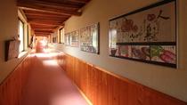 ■館内/女将さんの趣味である絵はがきが飾られており、明るい館内です。