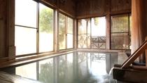 ■檜風呂/重炭酸ソーダ泉(重曹泉)の温泉は、ぬるりとした肌触りでまさに「美人の湯」です。