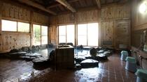■岩風呂/内湯は岩風呂と檜風呂2か所あり、時間ごと男女入れ替え制です。