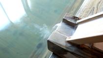 ■檜風呂/〝医者いらずの湯〟として伝えられてきた当館自慢の温泉です。