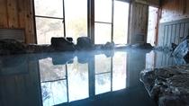 ■岩風呂/ぬるりとした肌触りが特徴。お風呂上がりのお肌はツルツルになると評判です。
