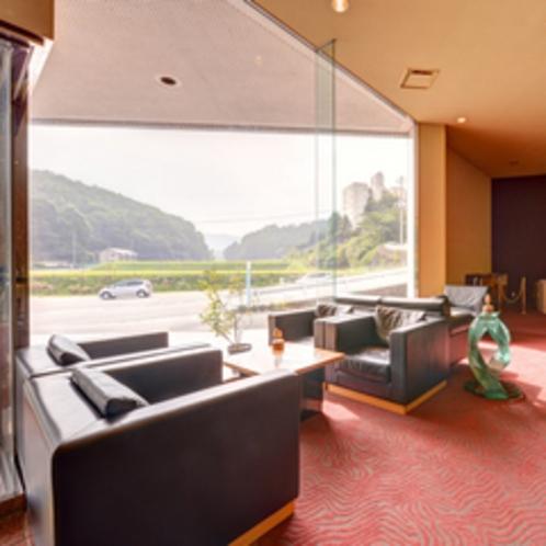 *ロビー/大きな窓からは自然豊かな芸北の田園風景を一望。朝日を浴びながらのんびり寛ぐひと時をどうぞ。