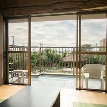 *ガーデンビュー広々14畳 和モダン和室/お部屋から空とガーデンを眺める