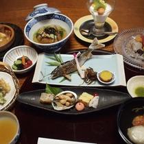 *【ご夕食一例】独自のルートで厳選して仕入れる季節の食材を使った会席料理です