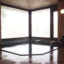 *【大浴場】大きな窓があり開放的!ゆったり疲れをお取りください