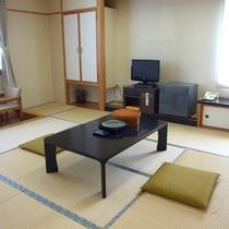 *【客室一例】畳敷きのお部屋で足を伸ばしてお寛ぎください。