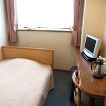 *【客室一例】洋室シングルルーム。広めのベッドでゆったりとお休みください!