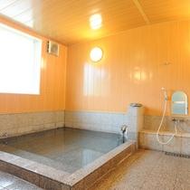 *【大浴場】お風呂は贅沢に源泉かけ流し!六日町温泉で1日の旅の疲れを流してください。